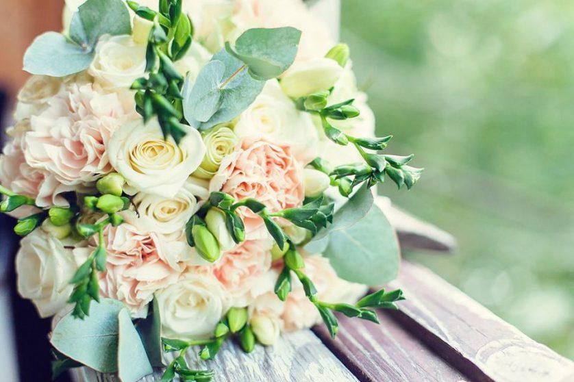 Гвоздики як частина весільного букету